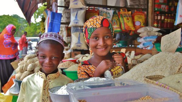 Abduli und Awena kaufen Reis und Gewürze in Stone Town, Sansibars Hauptstadt. | Rechte: SWR/Frank Feustle