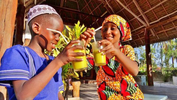 Endlich bekommen Awena und Abduli den leckeren Seetangsaft. | Rechte: SWR/Frank Feustle