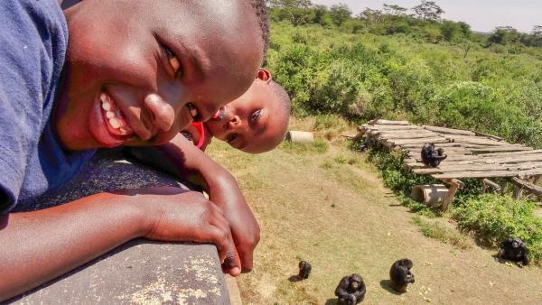 Emily und John können die Schimpansen füttern. | Rechte: SWR/FF-movie.tv Film- und Fernsehproduktion