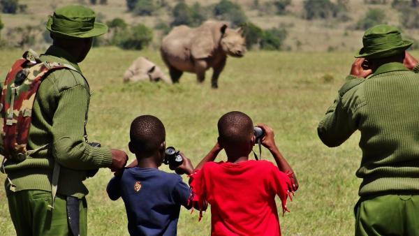 Emily und John beobachten mit den Rangern die Nashörner. | Rechte: SWR/FF-movie.tv Film- und Fernsehproduktion