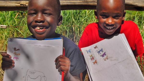 Emily und John zeichnen ihre geliebten Schimpansen. | Rechte: SWR/FF-movie.tv Film- und Fernsehproduktion