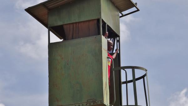 Emily und John beobachten vom Wachturm das Schutzgebiet. | Rechte: SWR/FF-movie.tv Film- und Fernsehproduktion
