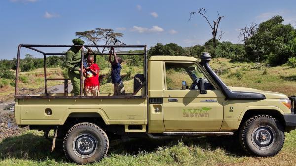 Chris zeigt den Kindern, wie man mit einem Empfangsgerät Löwen findet, die einen Sender haben. | Rechte: SWR/FF-movie.tv Film- und Fernsehproduktion