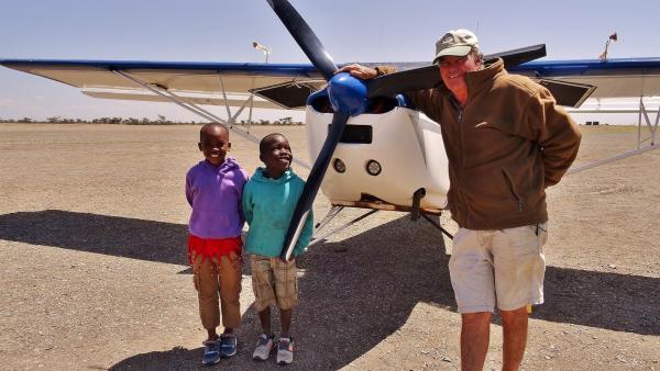 Emily und John können mit Pilot Giles die Tiere im Reservat zählen. | Rechte: SWR/FF-movie.tv Film- und Fernsehproduktion