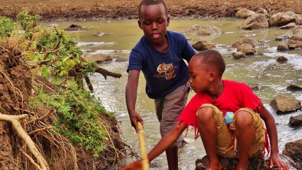 Emily und John müssen Zuhause jeden Tag Wasser für sich und ihre Tiere vom Fluss holen. | Rechte: SWR/FF-movie.tv Film- und Fernsehproduktion