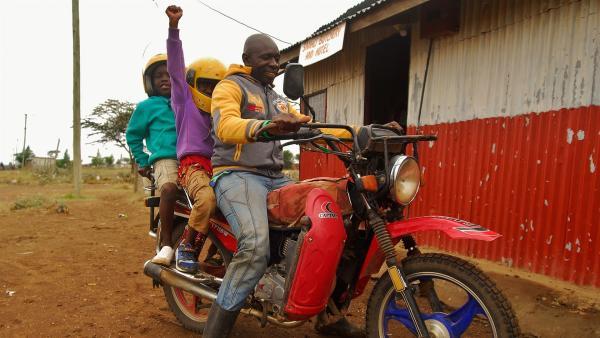Papa Samali lädt die Kinder zu einer Spritztour ein. | Rechte: SWR/FF-movie.tv Film- und Fernsehproduktion