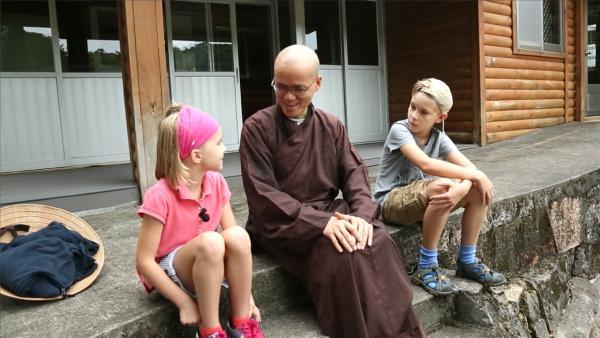 Jacob und Josefine haben eine Begegnung mit einem Mönch. | Rechte: SWR/Tellux Film