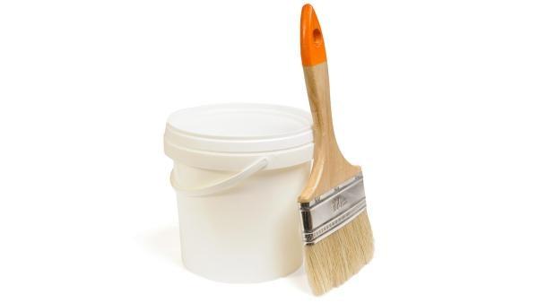 Ein Pinsel lehnt an einem Eimer mit Tapetenkleister | Rechte: colourbox.com