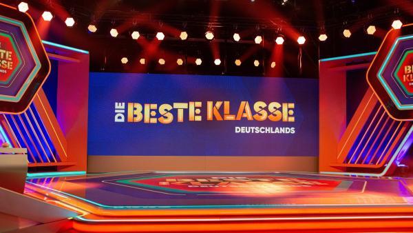 """Das Studio von """"Die beste Klasse Deutschlands"""" 2021. (Alle teilnehmende und dargestellte Personen der Produktion """"Die beste Klasse Deutschlands"""" waren zum Zeitpunkt der Fotoaufnahmen negativ auf Covid 19 getestet.)   Rechte: KiKA/Anja Feßer"""