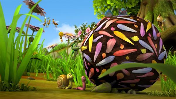 Ben und seine Freunde rollen eine riesige Mistkugel. | Rechte: ZDF/Studio100 Animation