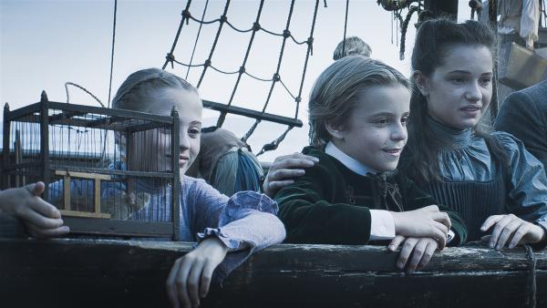 Für Joanne (Scarlett Rousset, li.), Tammo (Charlie Banks, 2.v.li.), Alisa (Anastasia Martin, 3.vli.) und die anderen Erben beginnt das Abenteuer Schulschiff ohne Eltern. | Rechte: NDR/Lemming Film