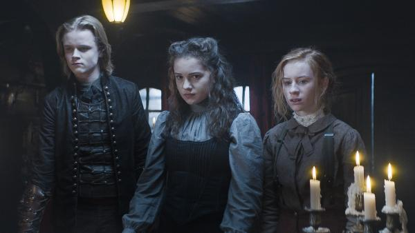 Leo (Ulrik William Graesli, li.), Alisa von Vamalia (Anastasia Martin, Mi.) und Ivy (Aisling Sharkey, re.) | Rechte: NDR/Lemming Film
