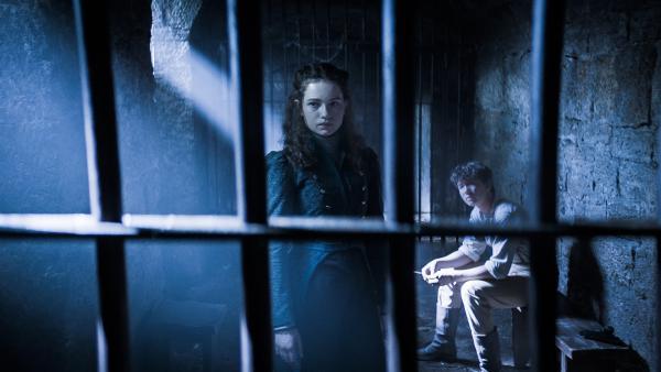 Alisa von Vamalia (Anastasia Martin) und Nicu (Lance West) sitzen fest. | Rechte: NDR/Lemming Film