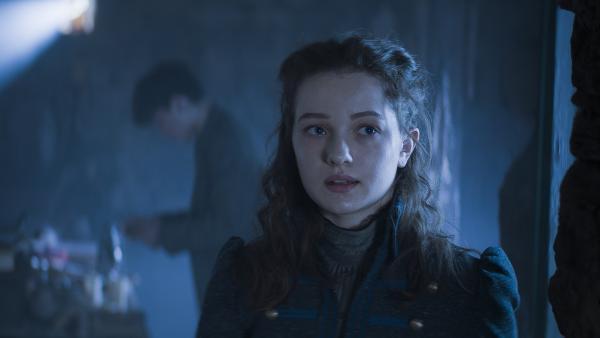 Alisa (Anastasia Martin) ist in Nicus und Calvinas Wohnung. | Rechte: NDR/Lemming Film