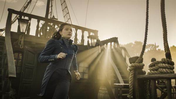 Alisa (Anastasia Martin) läuft zur Rettung Hindriks durch die Sonne. | Rechte: NDR/Lemming Film