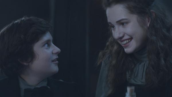 Luciano (Liam Nicolosi) und Alisa (Anastasia Martin) verstehen sich. | Rechte: NDR/Lemming Film