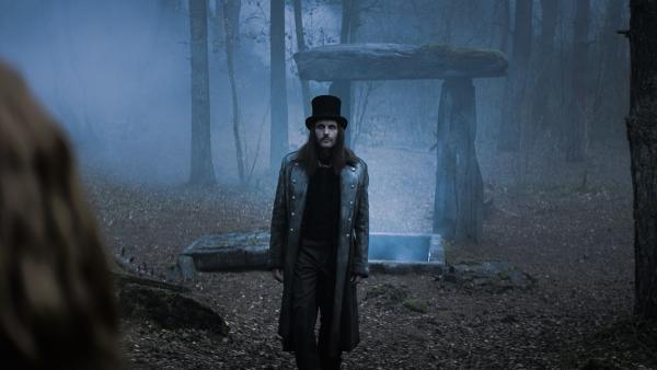Dracula (Julian Bleach) steht vor der Grabstätte des Belov Rubins. | Rechte: NDR/Lemming Film