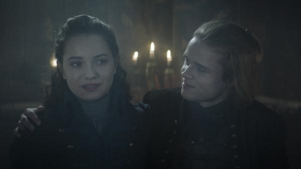Alisa (Anastasia Martin) und Leo (Ulrik William Graesli) sind sehr verliebt. | Rechte: NDR/Lemming Film