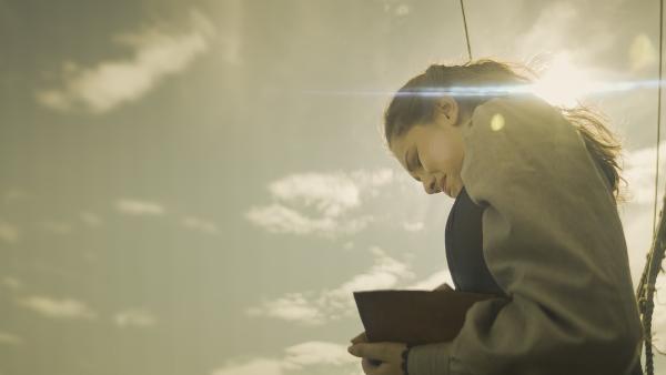 Alisa (Anastasia Martin) zerreißt, aus Wut über sich selbst, das Tagebuch ihrer Mutter.   Rechte: NDR/Lemming Film