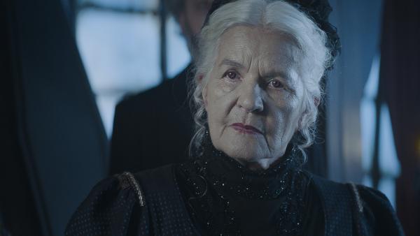 Dame Elina (Hildegard Schmahl) hört sich an, was ihre Enkelin zu Calvina zu sagen hat.   Rechte: NDR/Lemming Film