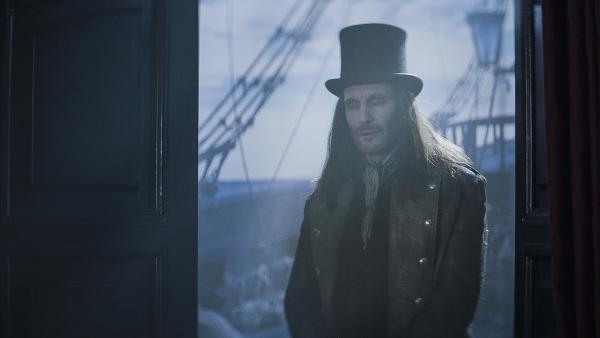 Dracula (Julian Bleach) wirft einen Blick ins Innere der Elisabetha.   Rechte: NDR/Lemming Film
