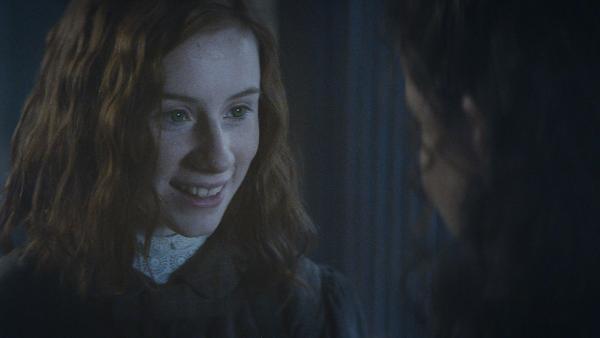 Noch ahnt Ivy (Aisling Sharkey) nicht, dass Alisa (Anastasia Martin) ihr Geheimnis verraten wird.   Rechte: NDR/Lemming Film