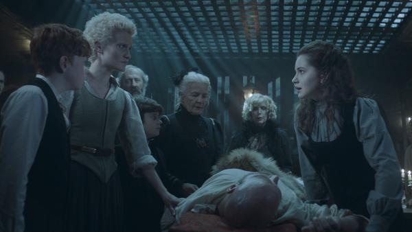 Nicht nur Alisa (Anastasia Martin) ist besorgt um Baron Magnus (Vegar Hoel). | Rechte: NDR/Lemming Film