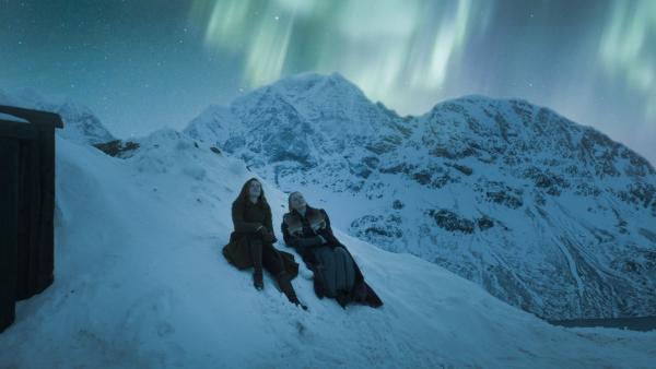 Ivy (Aisling Sharkey) und Inga (Ines Hoysaeter Asserson) bewundern das Nordlicht. | Rechte: NDR/Lemming Film