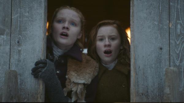 Inga (Ines Hoyseater Asserson) und Ivy (Aisling Sharkey) beobachten den Angriff der Wölfe. | Rechte: NDR/Lemming Film