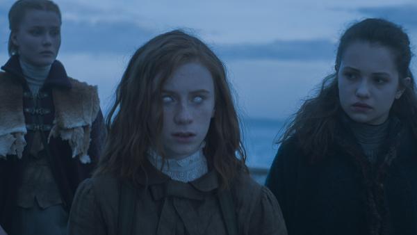 Inga (Ines Hoysaeter Asserson), Ivy (Aisling Sharkey) und Alisa (Anastasia Martin) an Deck der Elisabetha | Rechte: NDR/Lemming Film