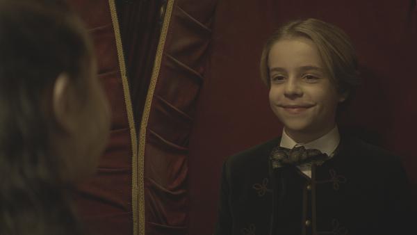 Tammo (Charlie Banks) freut sich, beim Aufwachen Alisa (Anastasia Martin) zu sehen. | Rechte: NDR/Lemming Film