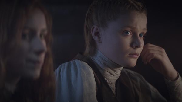 Ivy (Aisling Sharkey) und Inga (Ines Hoysaeter Asserson) trauen Van Helsing (Benja Bruijning nicht. | Rechte: NDR/Lemming Film