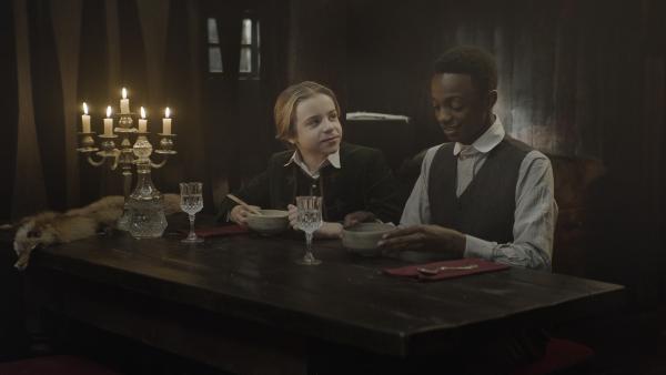 Tammo (Charlie Banks) bewundert Malcolm (Jordan Adene). | Rechte: NDR/Lemming Film
