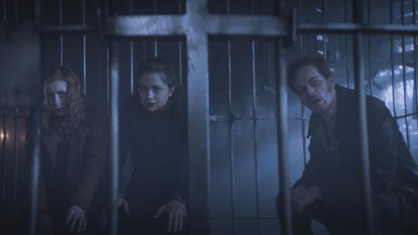 Die Rotmasken halten Ivy (Aisling Sharkey), Alisa (Anastasia Martin) und Hindrik (Florian Bartholomäi) gefangen. | Rechte: NDR/Lemming Film