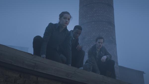 Alisa (Anastasia Martin), Malcolm (Jordan Adene) und Hindrik (Florian Bartholomäi) beobachten die Geschehnisse in der alten Fabrik genau. | Rechte: NDR/Lemming Film