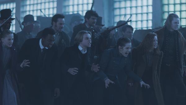 Die Erben, Hindrik (Florian Bartholomäi), Van Helsing (Benja Bruijning) und die Armee der Rotmasken greifen an. | Rechte: NDR/Lemming Film
