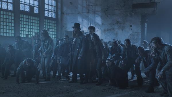 Dracula (Julian Bleach), Nicu (Lance West), Calvina (Christina Chong) und die Armee von Upiry | Rechte: NDR/Lemming Film
