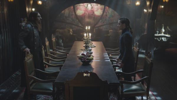 Alisa (Anastasia Martin) erfährt im Traum mehr über Draculas (Julian Bleach) Familiengeschichte. | Rechte: NDR/Lemming Film