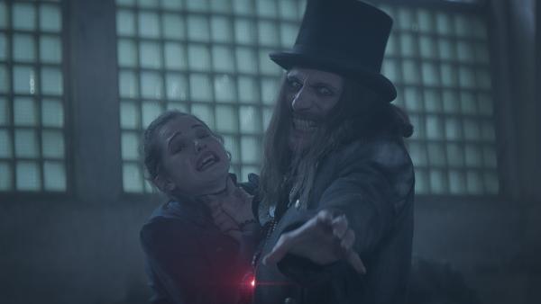 Alisa (Anastasia Martin) und Dracula (Julian Bleach) kämpfen um den Rubin. | Rechte: NDR/Lemming Film