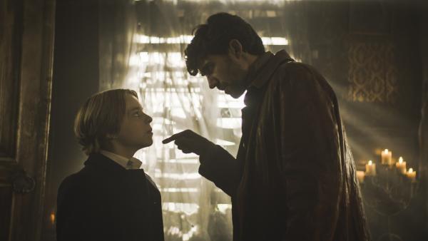 Tammo (Charlie Banks) versucht, mit Van Helsing (Benja Bruijning) zu verhandeln. | Rechte: NDR/Lemming Film