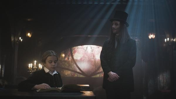 Tammo (Charlie Banks) erinnert Dracula (Julian Bleach) an seinen eigenen Sohn.   Rechte: NDR/Lemming Film