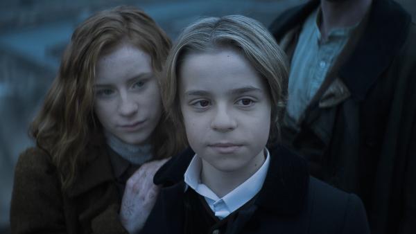 Tammo (Charlie Banks) und Ivy (Aisling Sharkey) sind stolz auf Alisa (Anastasia Martin).   Rechte: NDR/Lemming Film