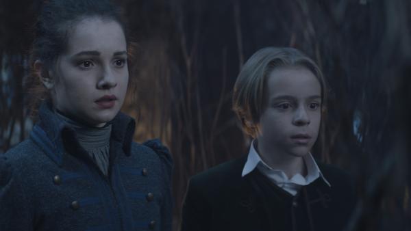 Alisa (Anastasia Martin) und Tammo (Charlie Banks) stehen vor ihrem Spiegelbild. | Rechte: NDR/Lemming Film
