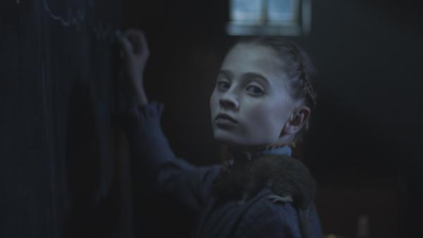 Joanne (Scarlett Rousset) ahnt, was es bedeutet, wenn Alisa den Knoten löst. | Rechte: NDR/Lemming Film