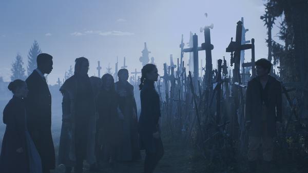 Nur Nicu (Lance West,rechts) traut sich in den Wald der Kreuze. | Rechte: NDR/Lemming Film