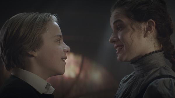 Tammo (Charlie Banks) und Alisa (Anastasia Martin) haben die erste Prüfung bestanden. | Rechte: NDR/Lemming Film