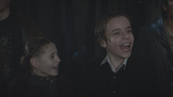 Erleichterung bei Joanne (Scarlett Rousset) und Tammo (Charlie Banks) nach der bestandenen Prüfung | Rechte: NDR/Lemming Film