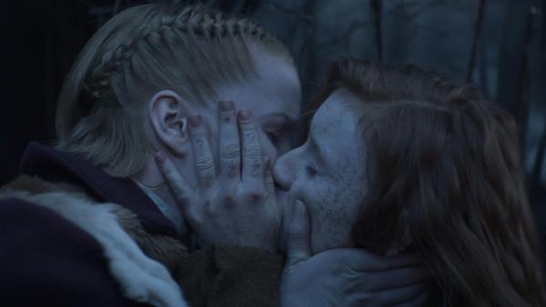 Inga (Ines Hoysaeter Asserson) und Ivy (Aisling Sharkey) sind überglücklich. | Rechte: NDR/Lemming Film