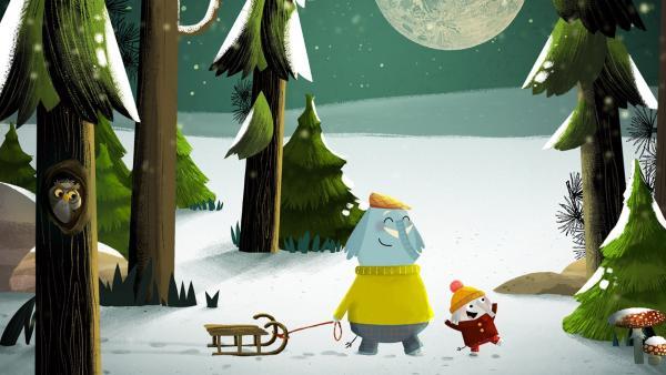 Die beiden Musifanten Opa Günter und Enkelkind Charlie gehen mit dem Schlitten durch den tief verschneiten Wald und treffen verschiedene Tiere. | Rechte: rbb/ahoifilm