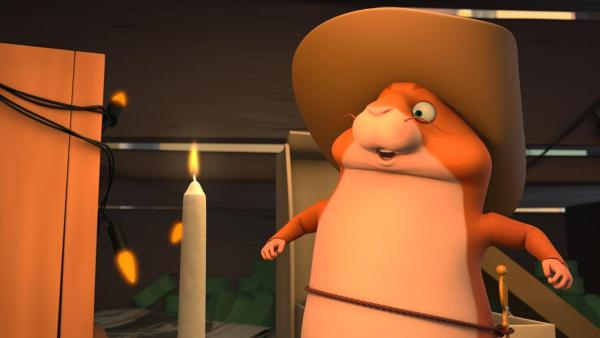 Hamster Bertram (rechts) feiert Geburtstag. Er will die Geburtstagskerze (links) auspusten und holt Luft. | Rechte: 2021 Caligari Film